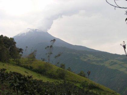Den aktive vulkan Tunguruhua (5000 m), der konstant vaager og truer byen.