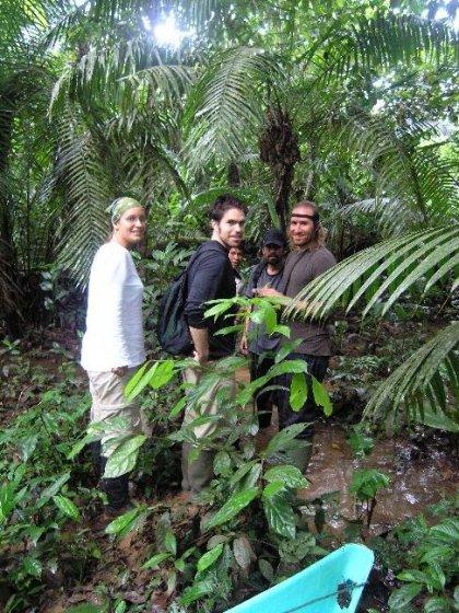 Vores lille hyggelige gruppe paa vandretur i regnskoven.